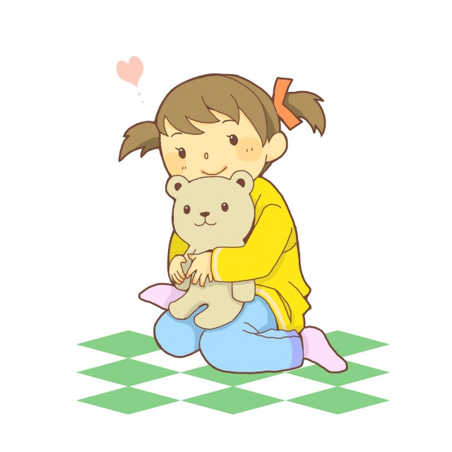 クマのぬいぐるみを抱きしめる女の子