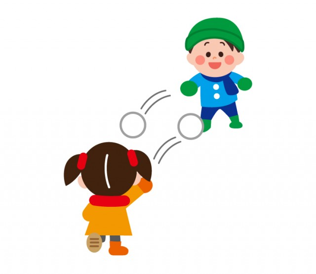 冬に外で雪合戦をして遊ぶ雪遊びする子供男の子女の子 無料