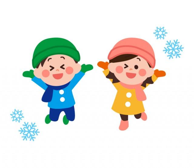 冬に外で楽しそうに遊ぶ雪遊びする子供男の子女の子 無料